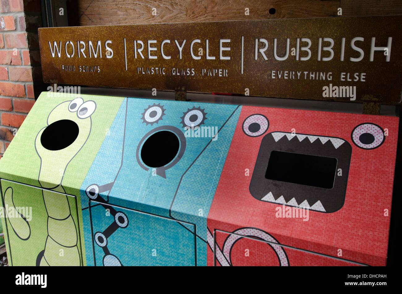Le benne di riciclaggio - worms, riciclare i rifiuti Immagini Stock