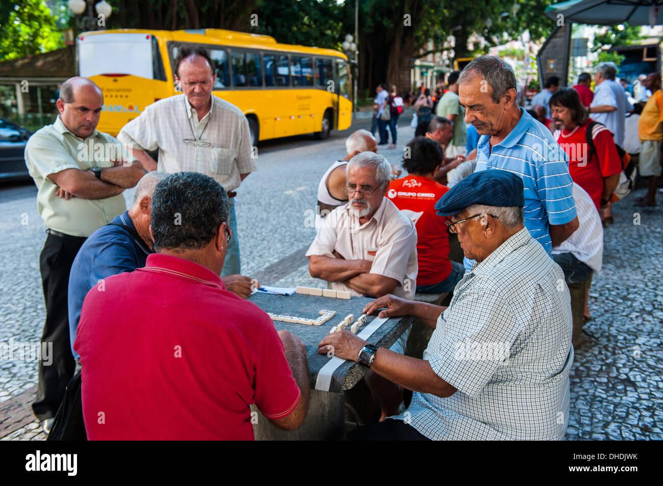 Gli uomini la riproduzione di domino nel centro di Florianópolis. Stato di Santa Catarina, Brasile Immagini Stock
