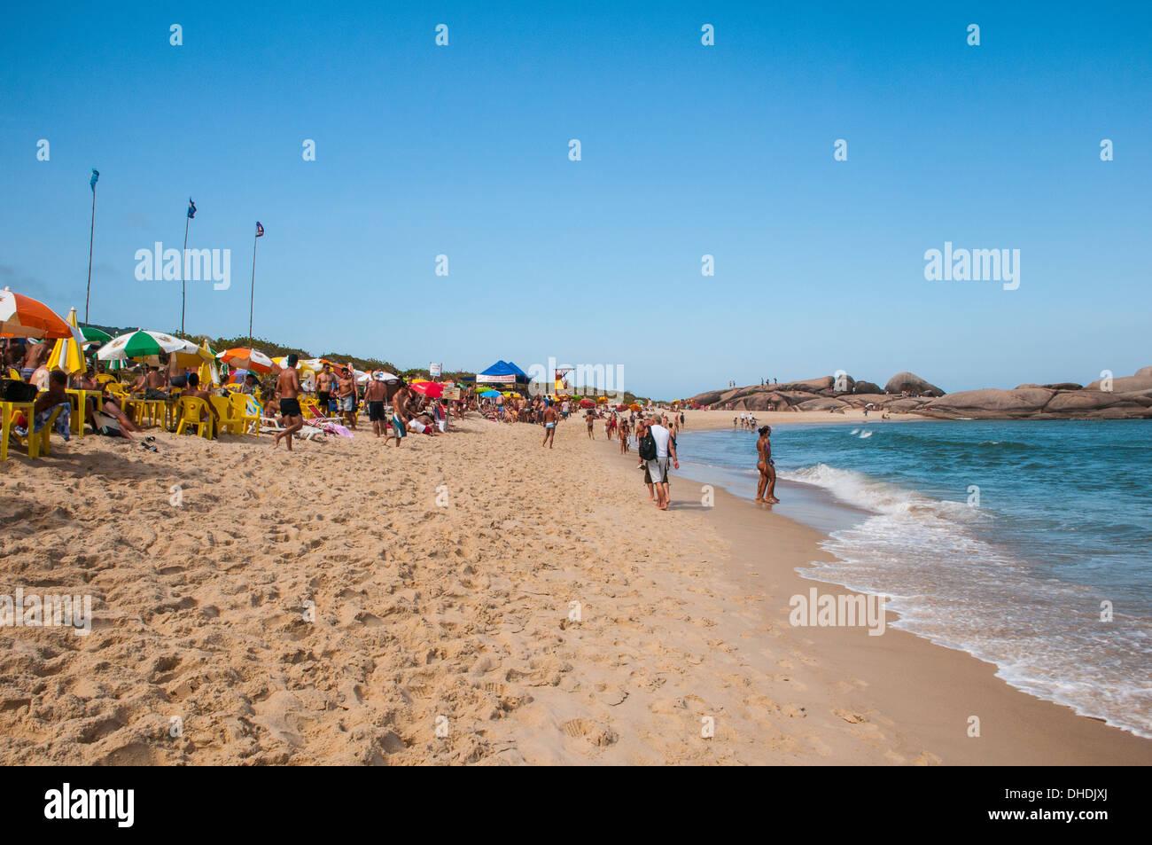 Spiaggia di mole in Ilha Catarina (Santa Catarina Island), Stato di Santa Catarina, Brasile Immagini Stock