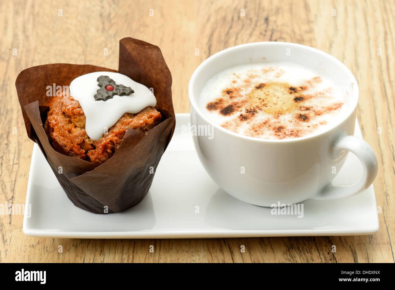 Tortina con un decorato pudding natalizio design e un cappuccino caffè - studio shot Immagini Stock