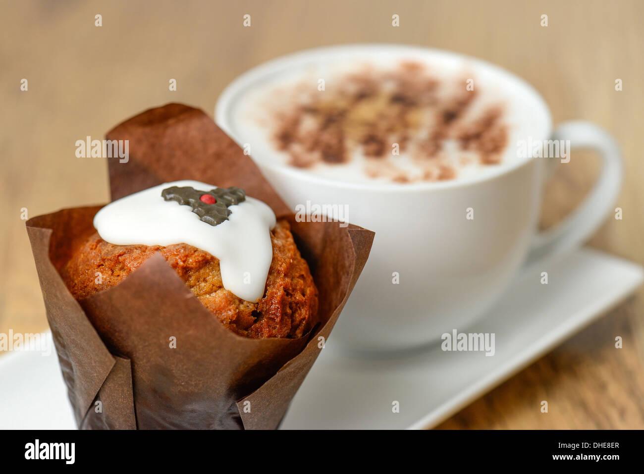 Tortina con un decorato pudding natalizio design e un cappuccino caffè - studio shot con una profondità di campo ridotta Immagini Stock