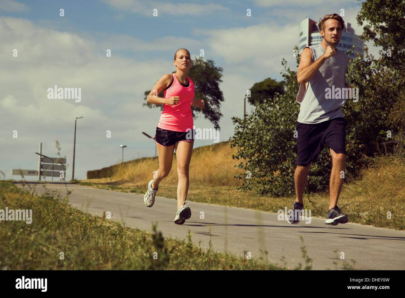 Coppia giovane jogging giù percorso urbano Immagini Stock