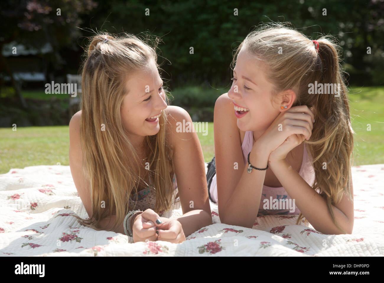Due ragazze adolescenti che giace sulla coperta picnic Foto Stock
