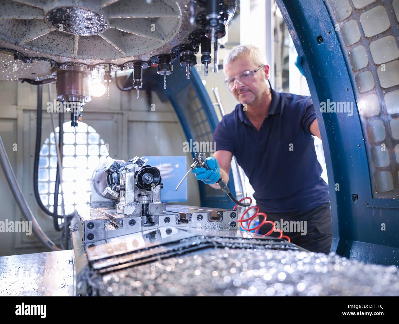 Ingegnere Informatico di pulizia a controllo numerico (CNC) tornio in fabbrica Immagini Stock
