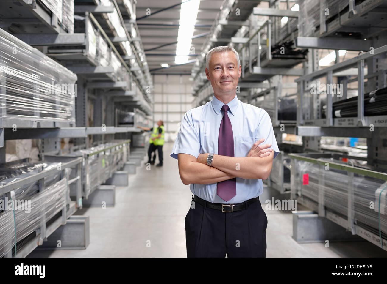 Ritratto di manager nel magazzino di ingegneria Immagini Stock