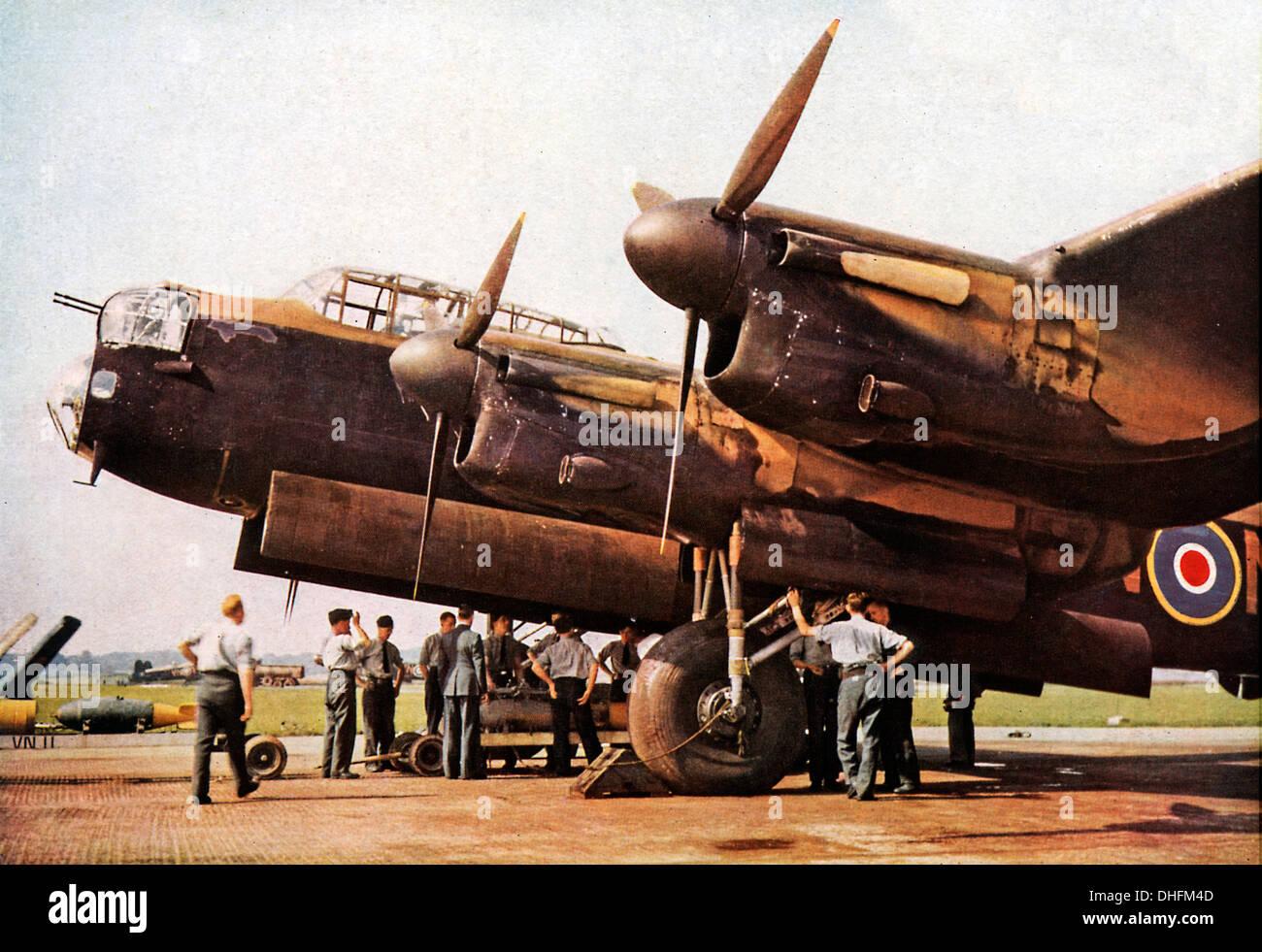 Caricamento di un bombardiere Lancaster, 1942 foto a colori dell'iconico RAF bombardiere pesante bombardamento up prima di un raid in Germania Immagini Stock