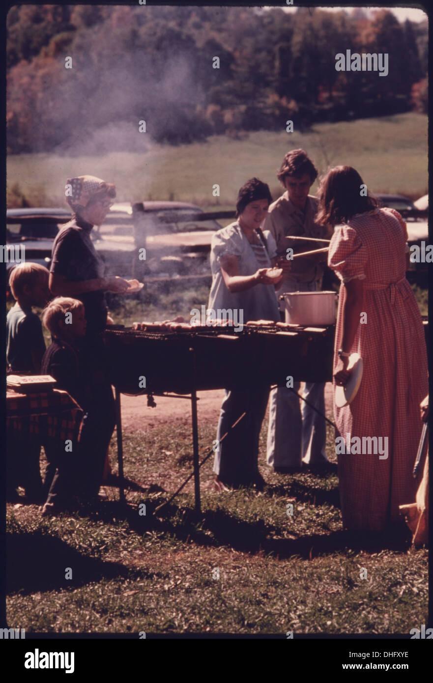 Semplice il cibo è servito da un dipendente in costume della Western Reserve Historical Society presso la fattoria di Hale e occidentale. 557934 Immagini Stock