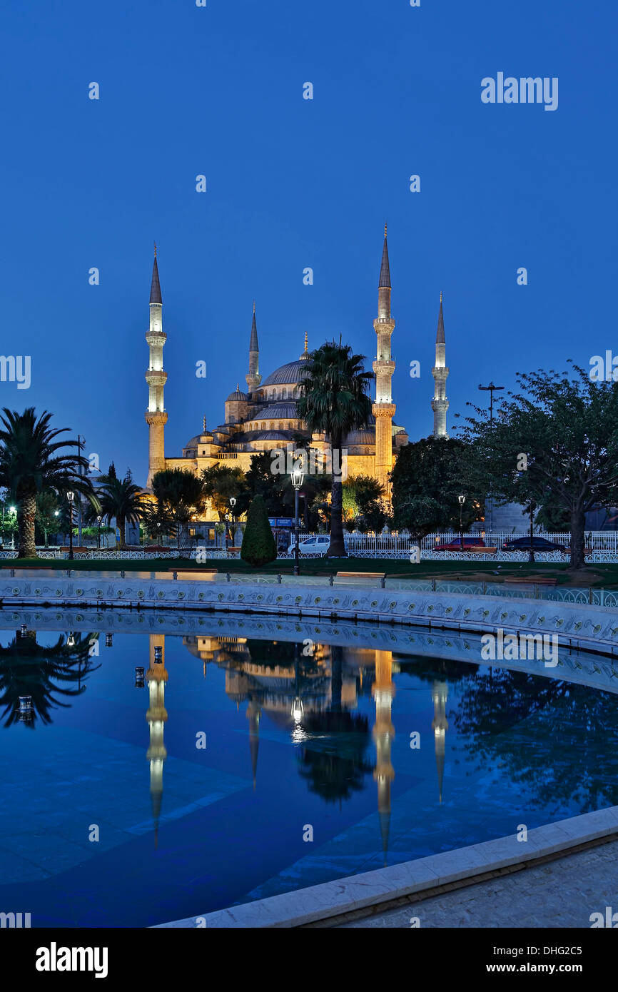 La moschea blu riflessa sulla piscina, Istanbul, Turchia Immagini Stock