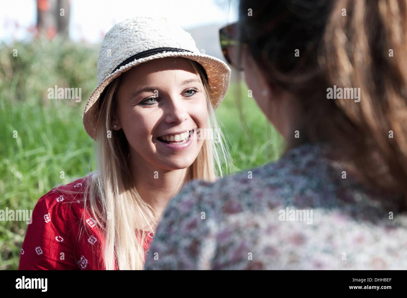 Le giovani donne a picnic Immagini Stock