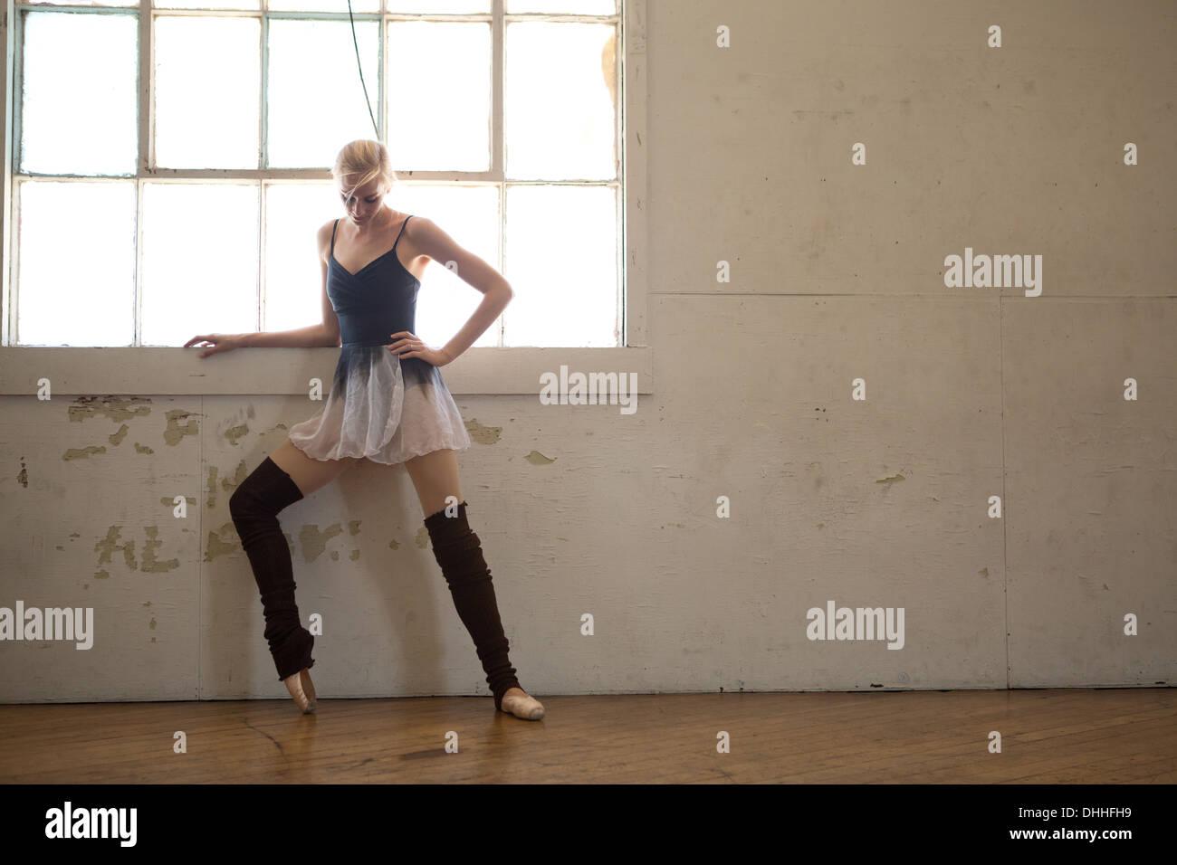 Ballerina in fase di riscaldamento dalla finestra Foto Stock