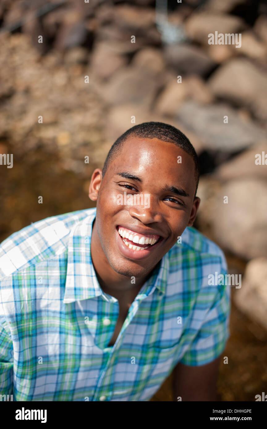 Ritratto di giovane uomo che indossa controllato shirt Immagini Stock