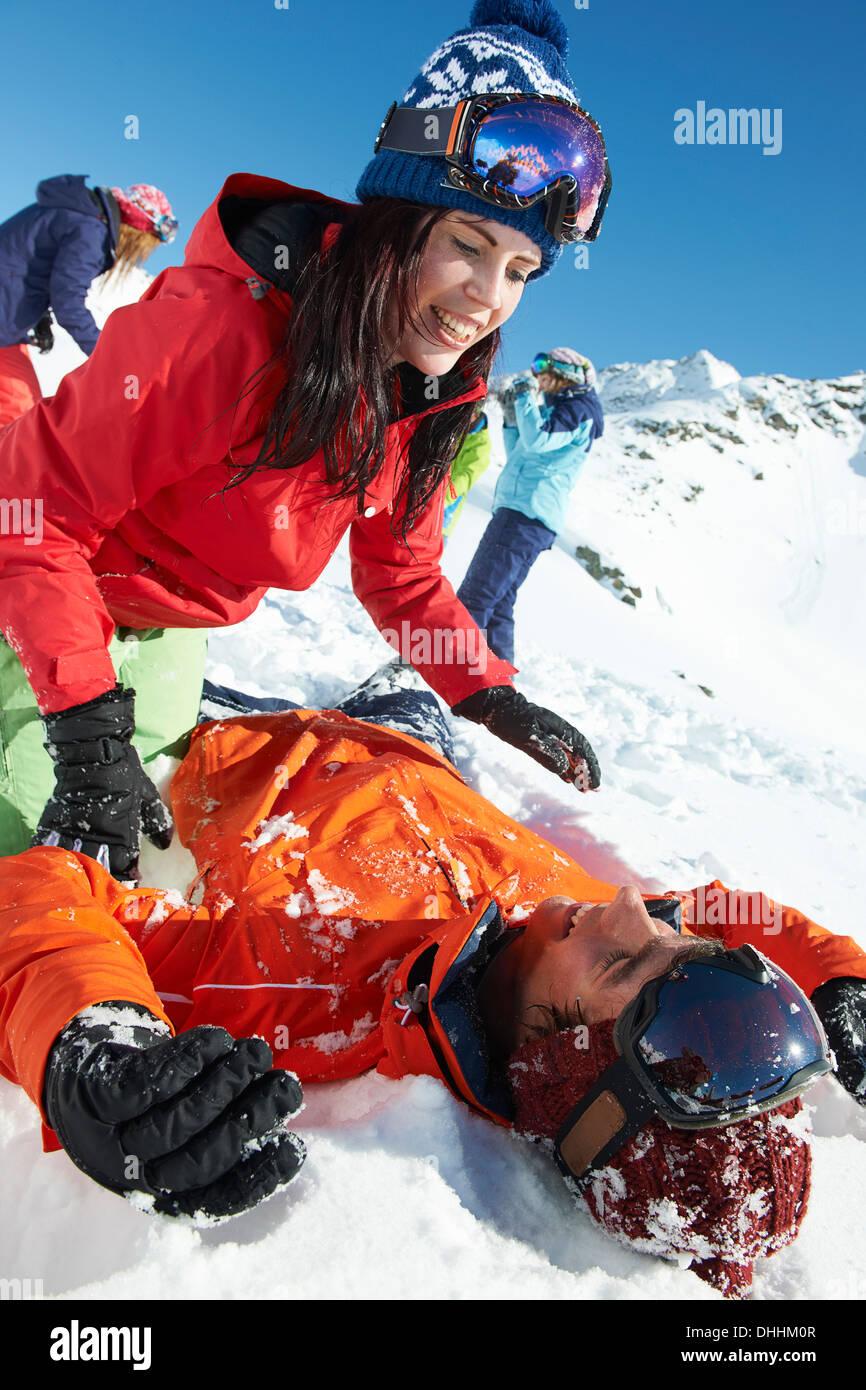 Amici a giocare nella neve, Kuhtai, Austria Immagini Stock