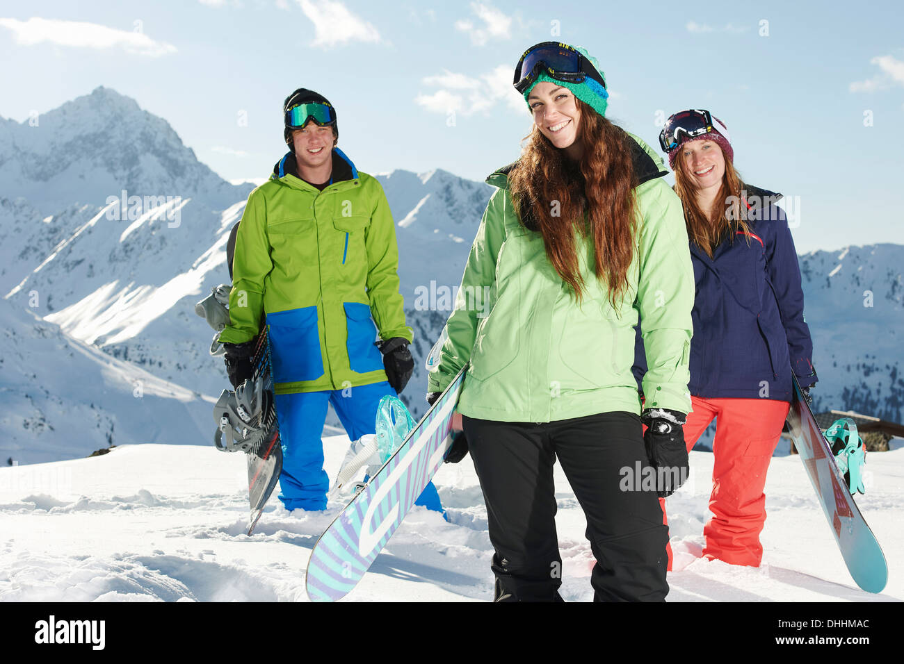 Amici holding snowboards, Kuhtai, Austria Immagini Stock