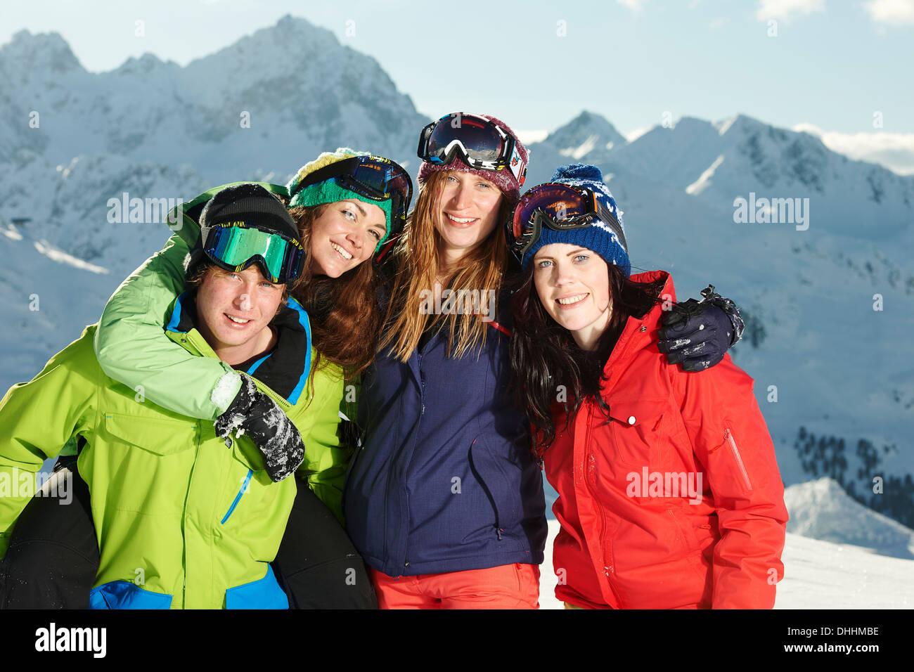Gli amici con le braccia attorno ad ogni altro, Kuhtai, Austria Immagini Stock