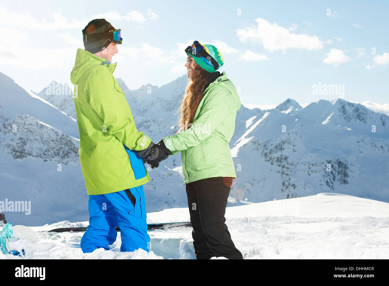 Giovane tenendo le mani con le montagne sullo sfondo, Kuhtai, Austria Immagini Stock