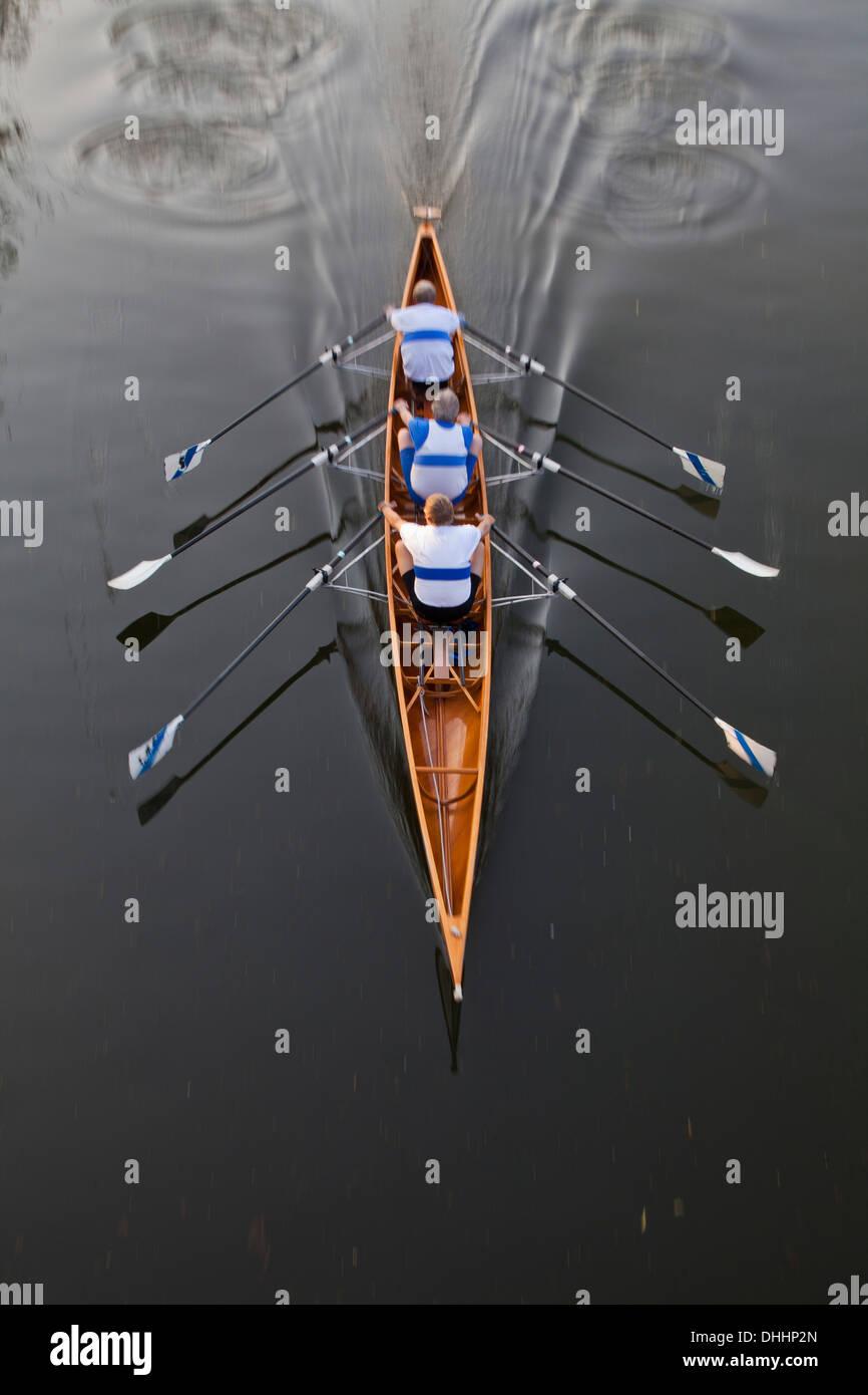 Barca a remi con tre rematori, sculling, sport acquatici, sport Immagini Stock