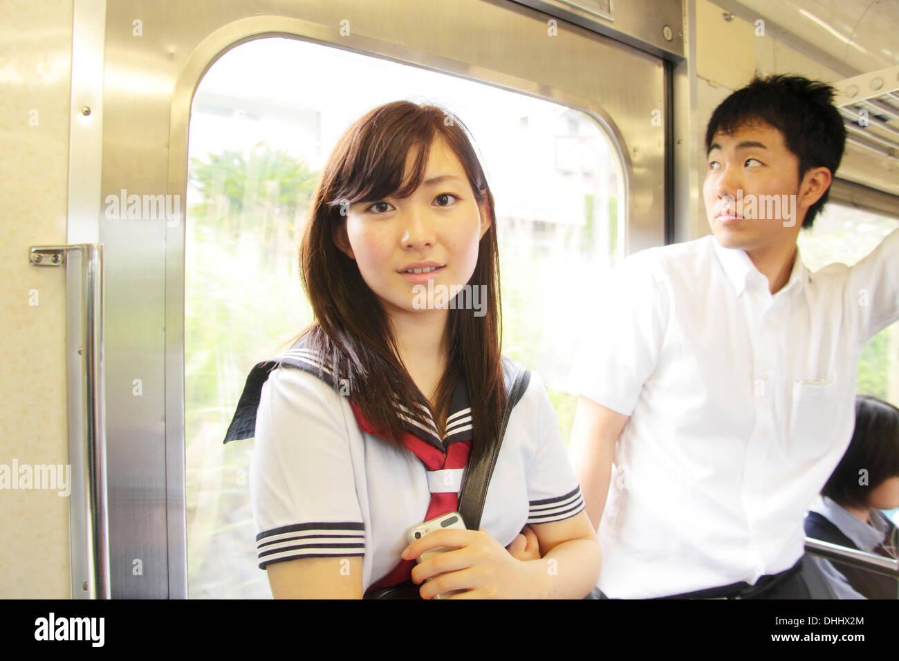 I giovani in piedi sul treno Immagini Stock