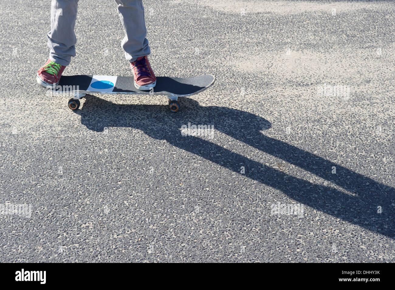 Dettaglio delle gambe skateboard di equitazione Immagini Stock