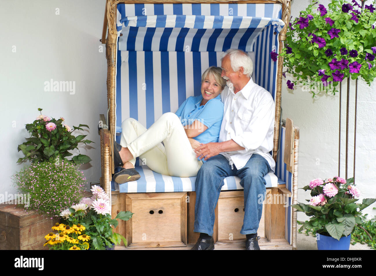 Coppia in pensione rilassante sulla sedia da giardino Immagini Stock