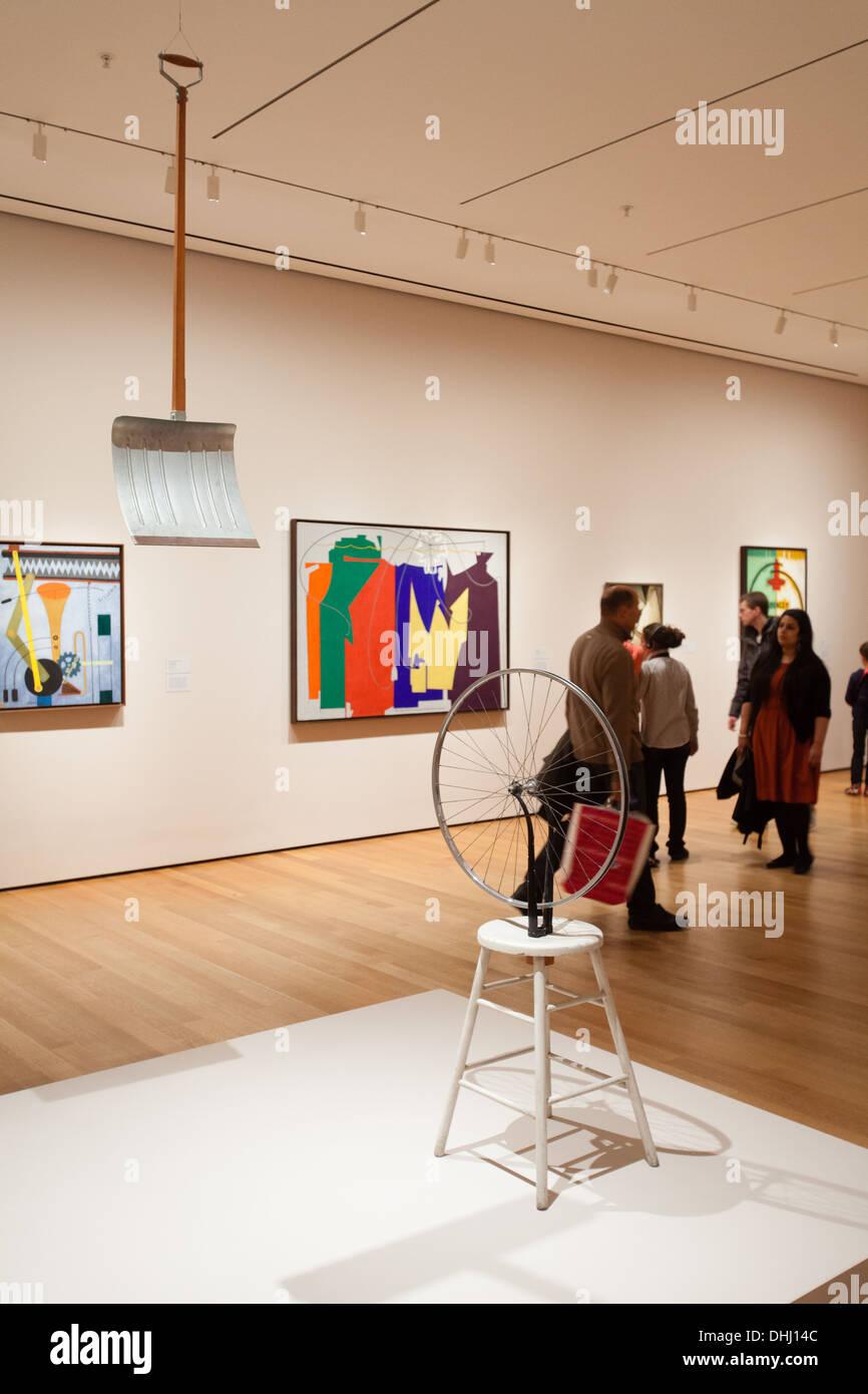 Marcel Duchamp 'in anticipo del braccio rotto' e 'ruota di bicicletta' in mostra presso il Museo di Arte Moderna di New York, Stati Uniti d'America Immagini Stock