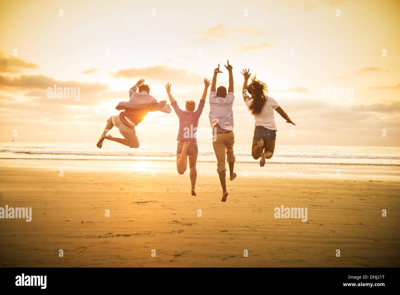 Giovani saltando su Mission Beach, San Diego, California, Stati Uniti d'America Immagini Stock