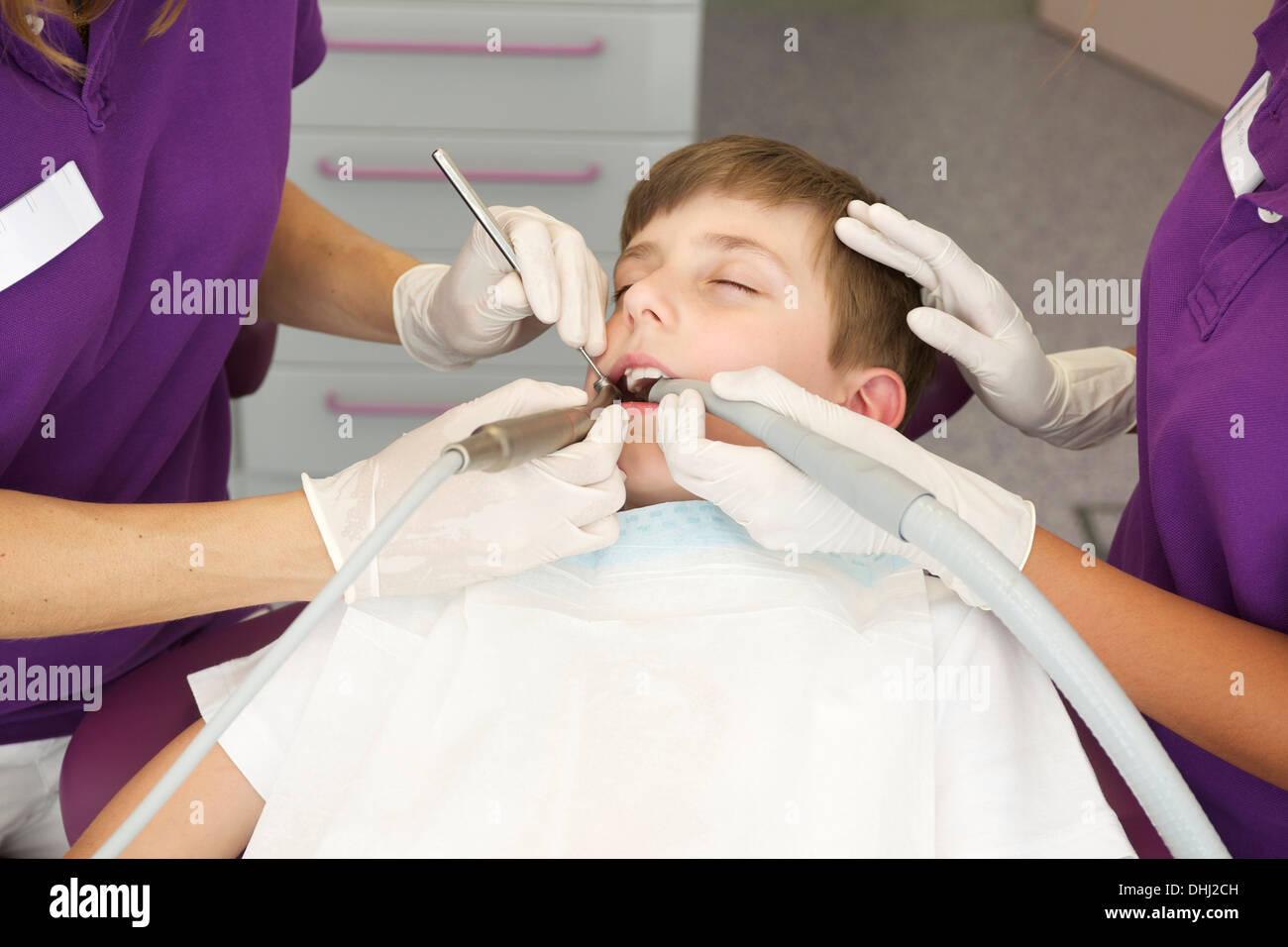 Ragazzo paziente avente il trattamento dentale Immagini Stock