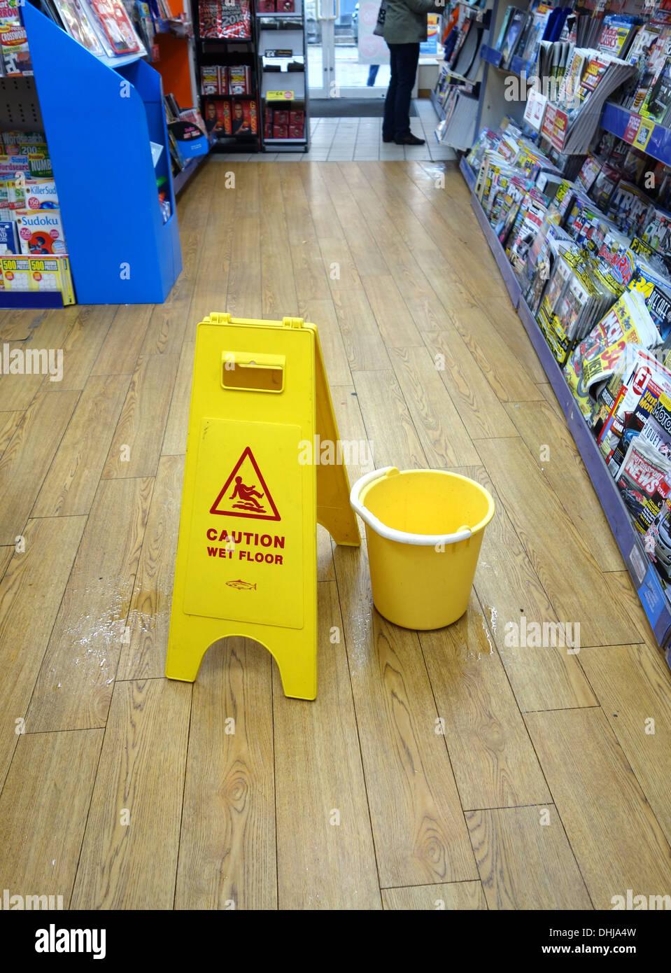 Un messaggio di attenzione ' pavimento bagnato ' firmare in un negozio Immagini Stock