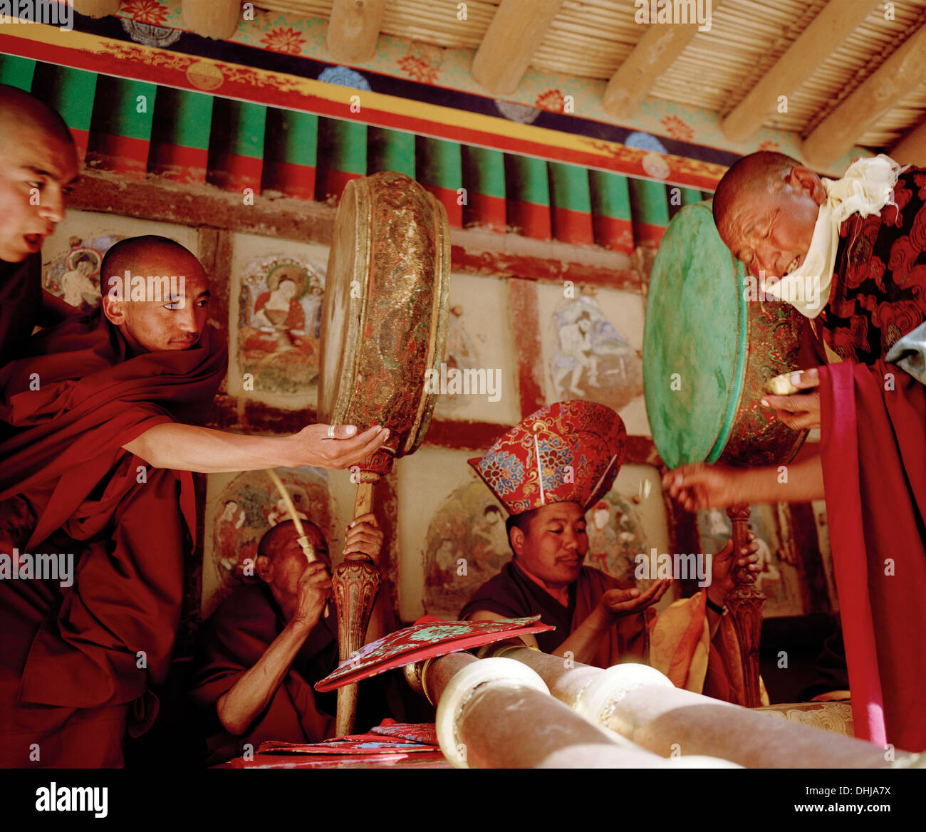 I monaci con tamburi e strumenti a fiato ricezione beata cibo durante il Gonpa Hemis Festival al convento Hemis, a sud-est di Leh, Immagini Stock