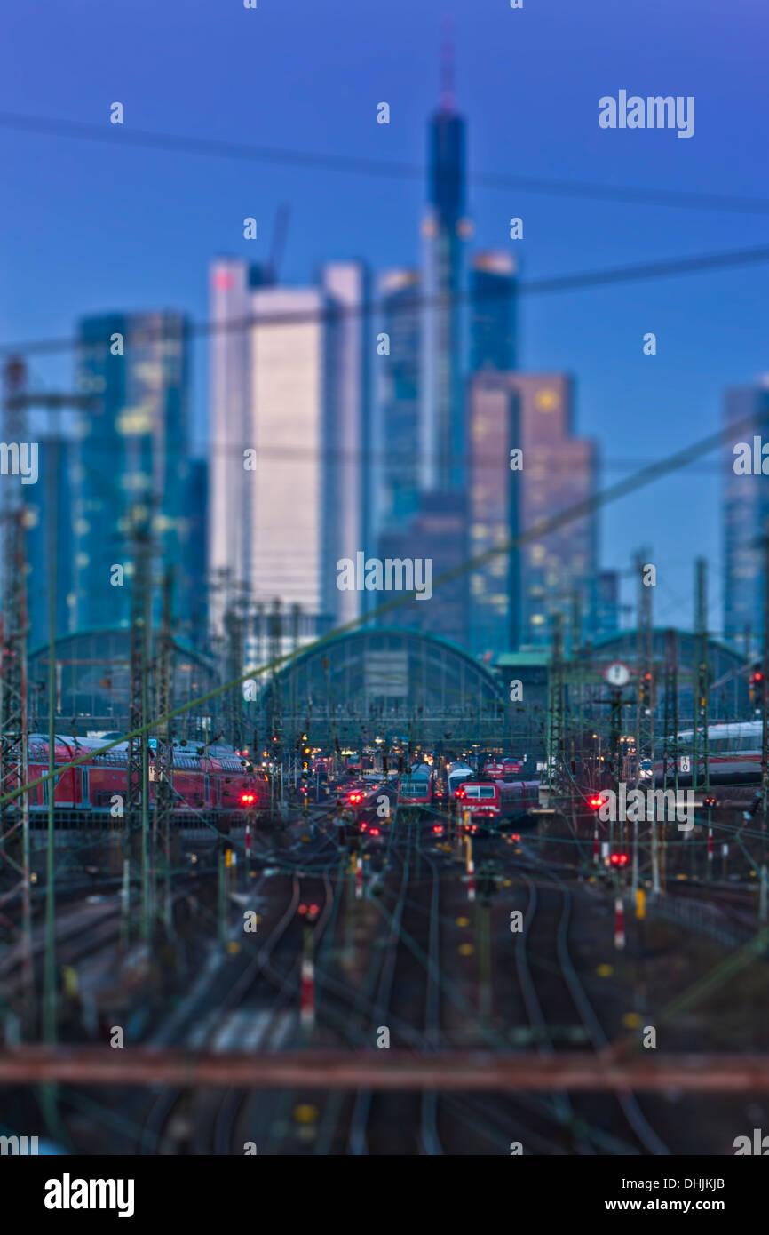 Germania, Hesse, Francoforte, Tilt-shift vista della stazione centrale con il quartiere finanziario in background Immagini Stock