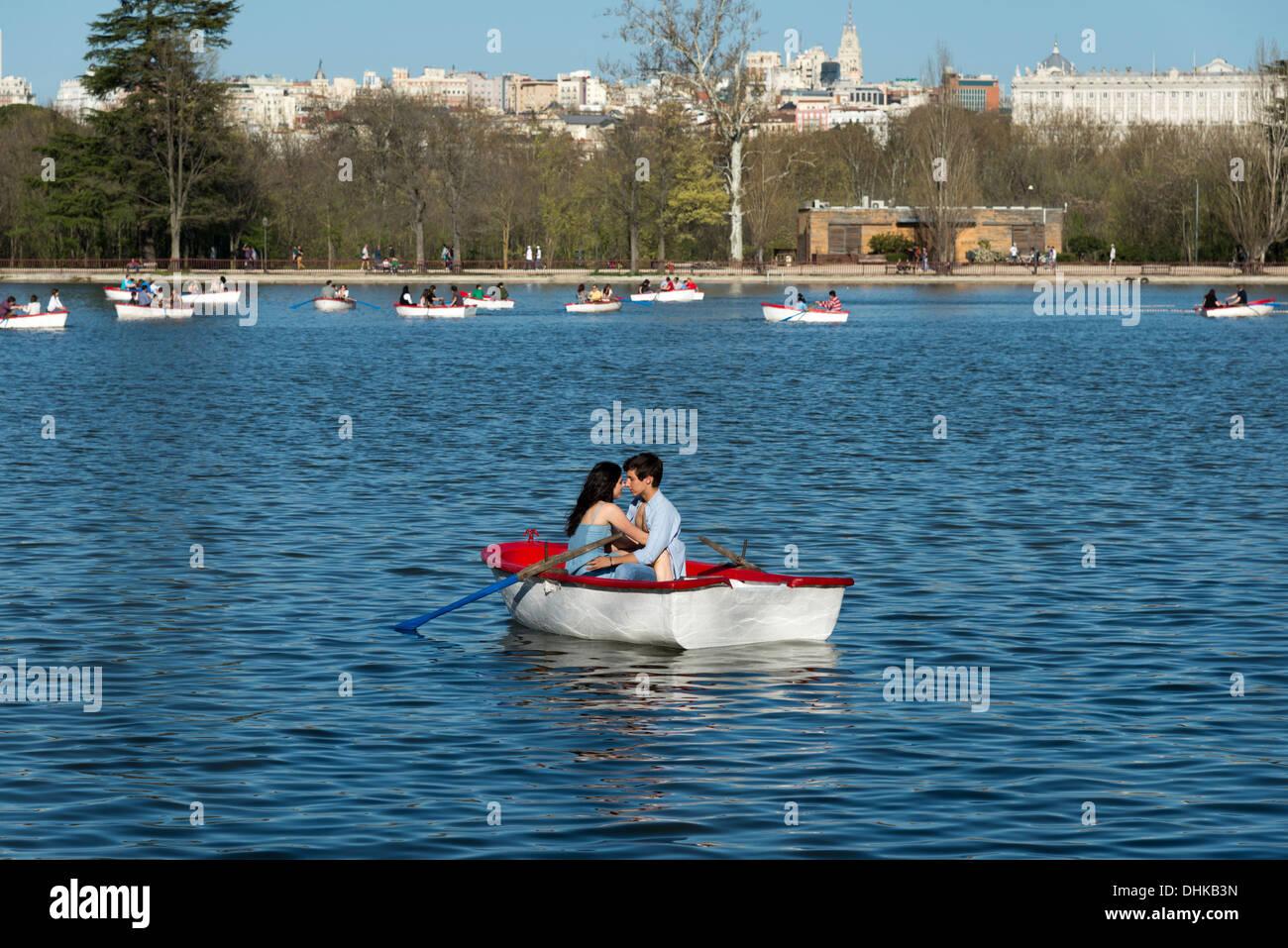 Coppia giovane in barca il lago in Casa de Campo, Madrid, Spagna Immagini Stock