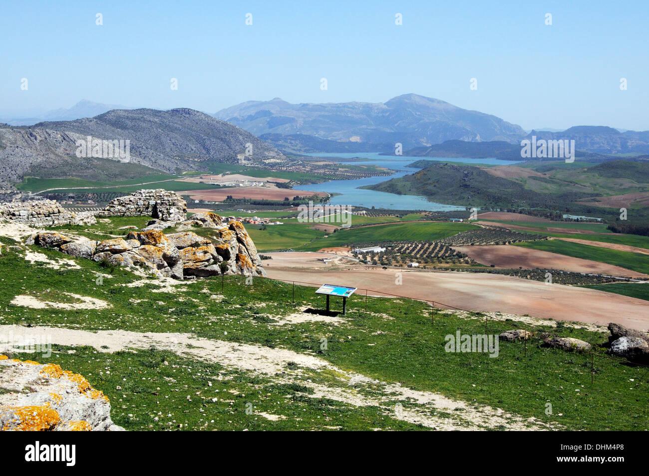 Vista dal castello guardando verso Guadalteba serbatoio, Teba, provincia di Malaga, Andalusia, Spagna, Europa occidentale. Immagini Stock