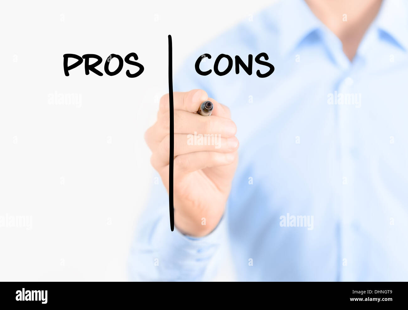 Giovane imprenditore tenendo un marcatore e la scrittura di pro e contro il concetto di confronto per pesare tutti gli argomenti Immagini Stock