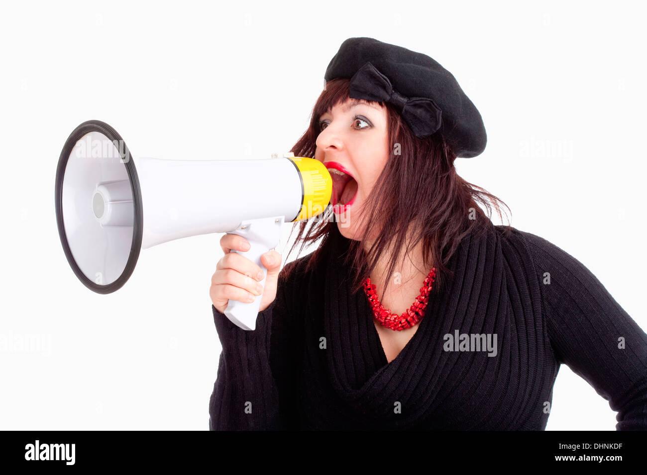 Giovane donna con cappello urlando nel megafono - Isolato su bianco Foto Stock