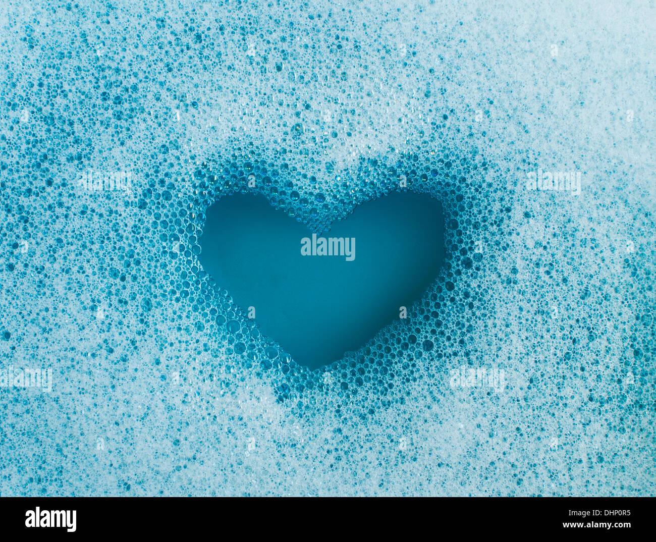 Forma di cuore creati al di fuori di schiuma di sapone Foto Stock