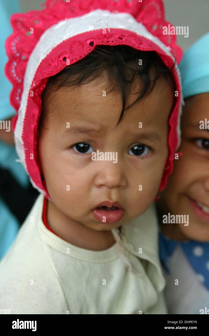 Baby tradizionale e ragazza di Samarcanda, Uzbekistan Immagini Stock