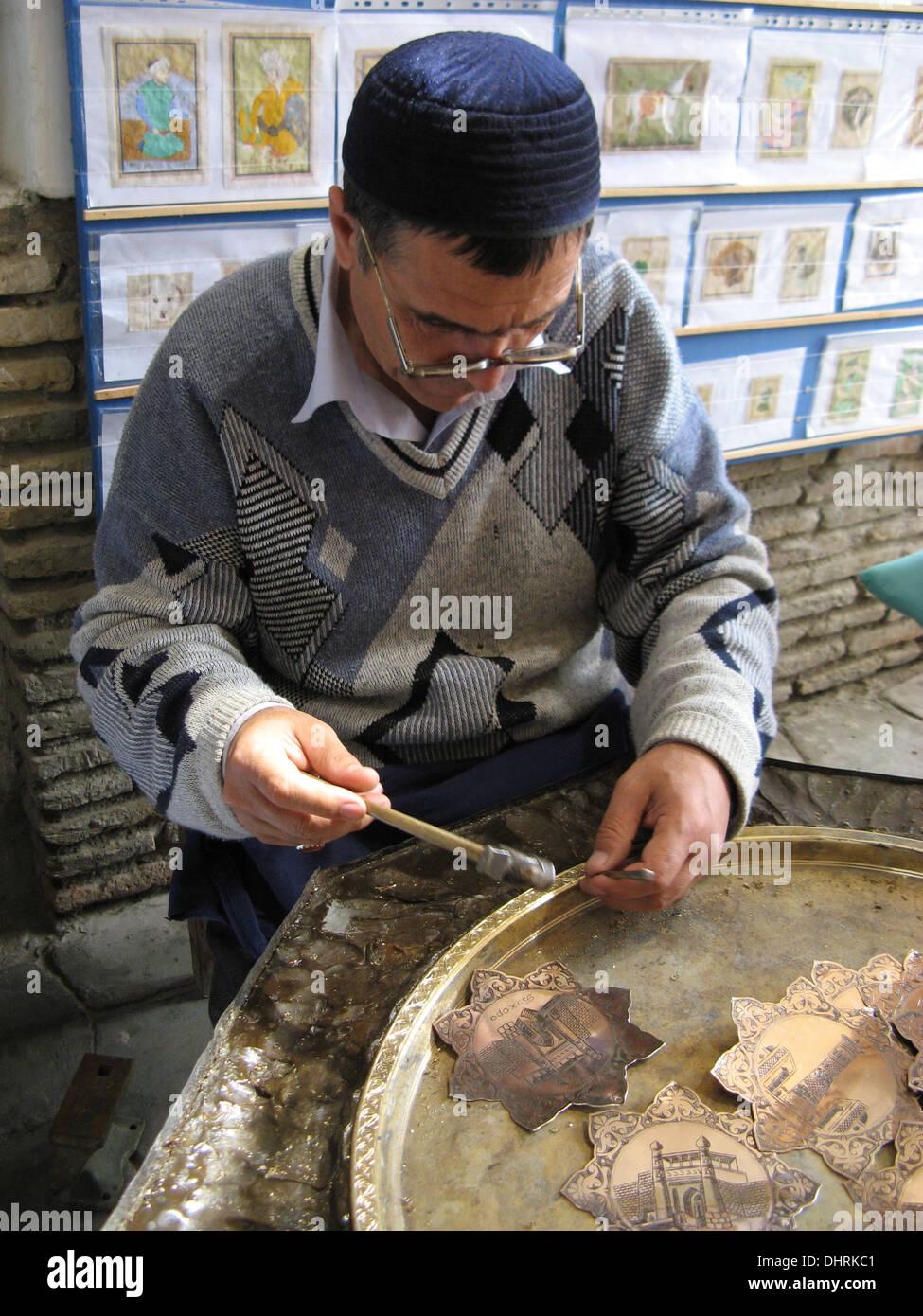 Uomo tradizionale la gioielleria in Samarcanda, Uzbekistan Immagini Stock