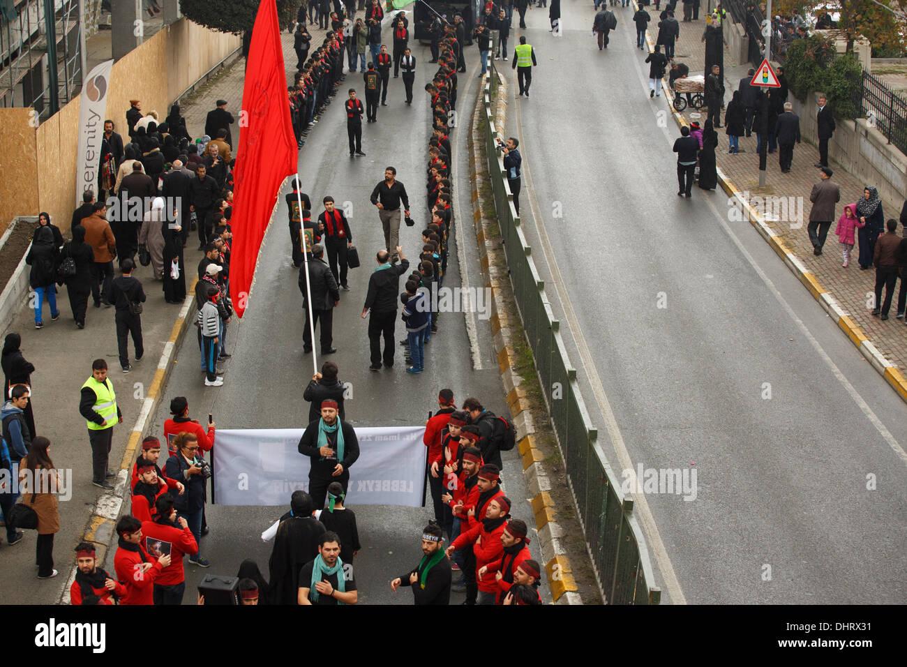 Istanbul, Turchia. Il 13 novembre 2013. .Migliaia di persone si sono riunite nel quartiere Halkali di Istanbul per contrassegnare Ashura rituali di lutto. Ashura è il nome del giorno quando l imam Hussein, il nipote del profeta Maometto e 72 dei suoi familiari e compagni che sono stati brutalmente uccisi dalle forze di Umayyad Califfo Yazid I di Karbala. Questa battaglia sottolinea il divario tra Allawi e Shia rami dell islam. Gli uomini, le donne e i bambini cantano e battere il loro lutto cassettiere Hussein, della sua famiglia e dei suoi seguaci. Credito: Yavuz Sariyildiz/Alamy Live News Immagini Stock