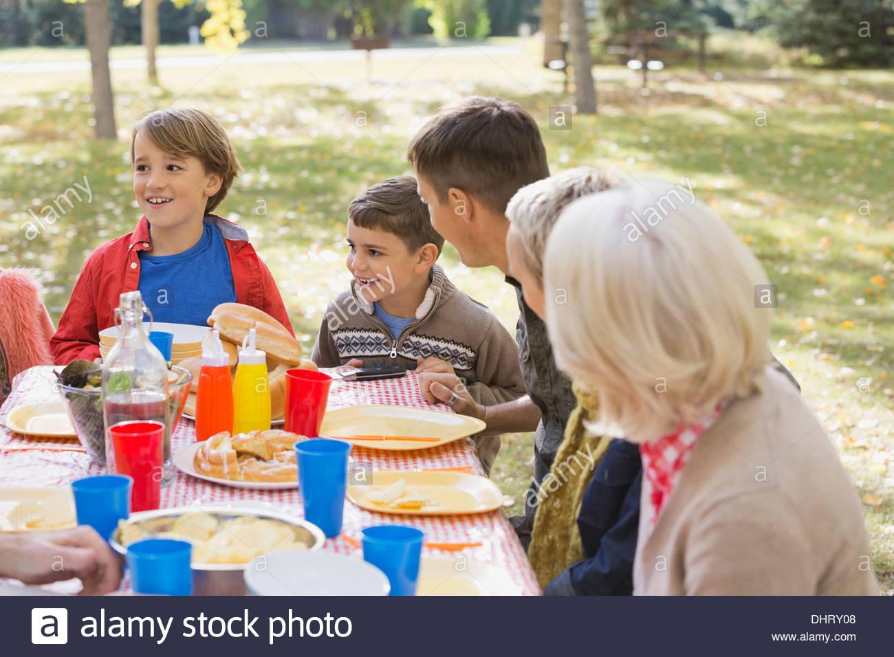 Famiglia godendo picnic nel parco Immagini Stock