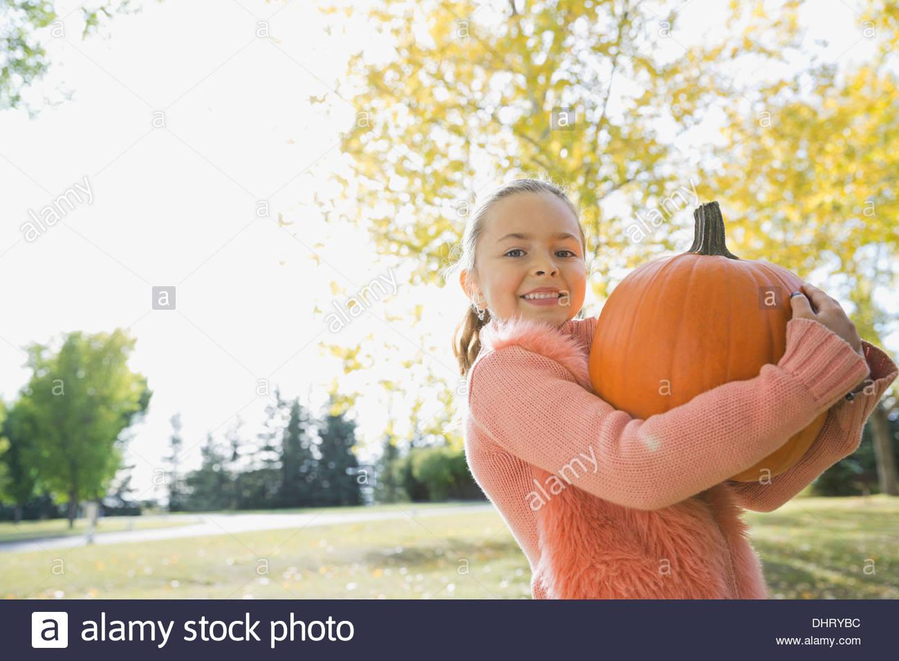 Ritratto di felice ragazza portando la zucca Immagini Stock