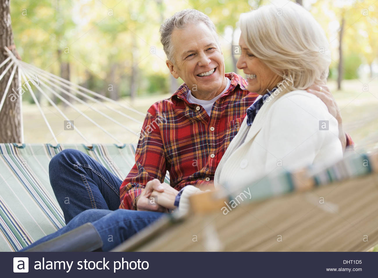 Amorevole Coppia matura in seduta amaca in posizione di parcheggio Immagini Stock