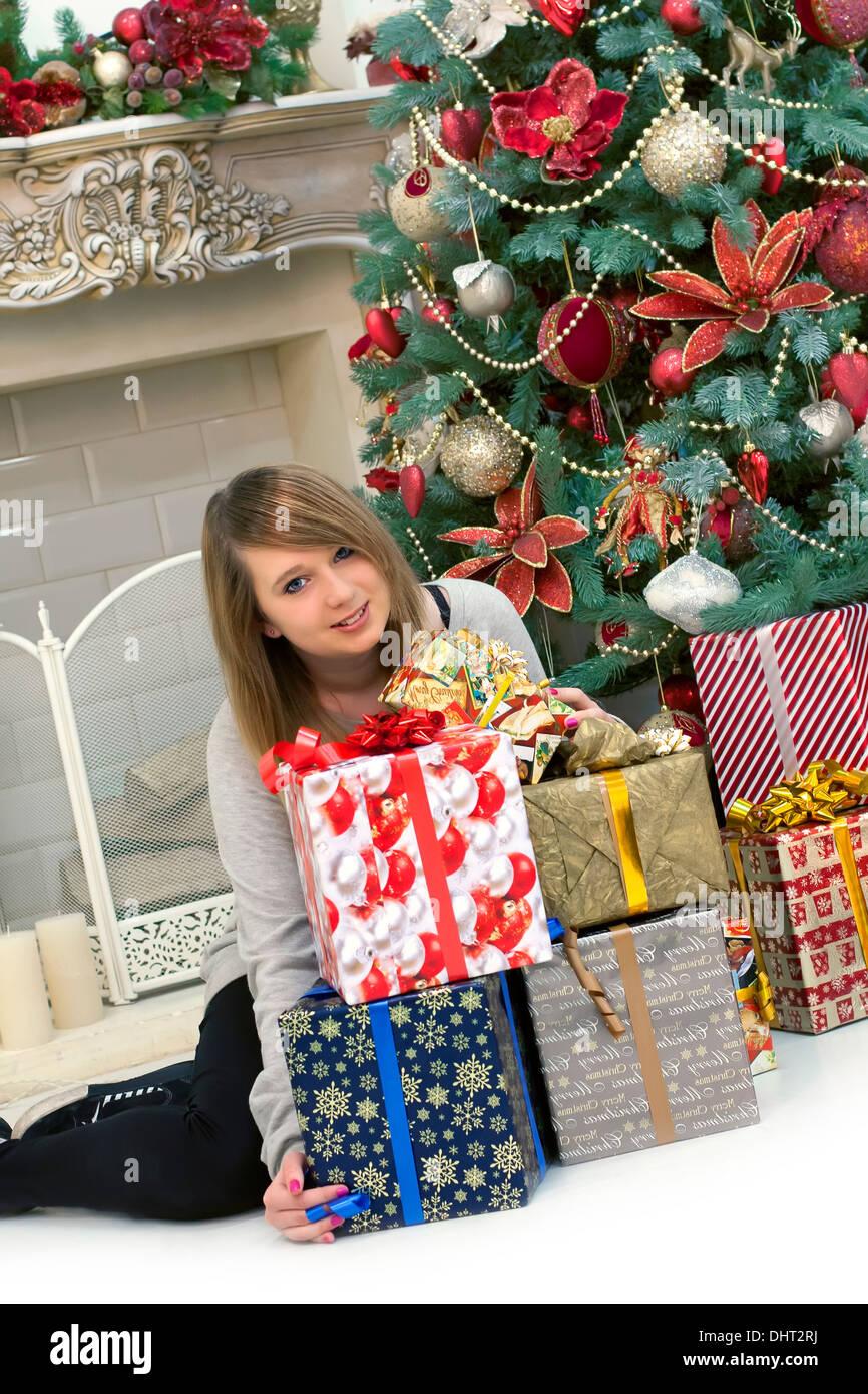 Regali Di Natale Ragazza.Giovane Ragazza Carina E Regali Di Natale Foto Immagine Stock