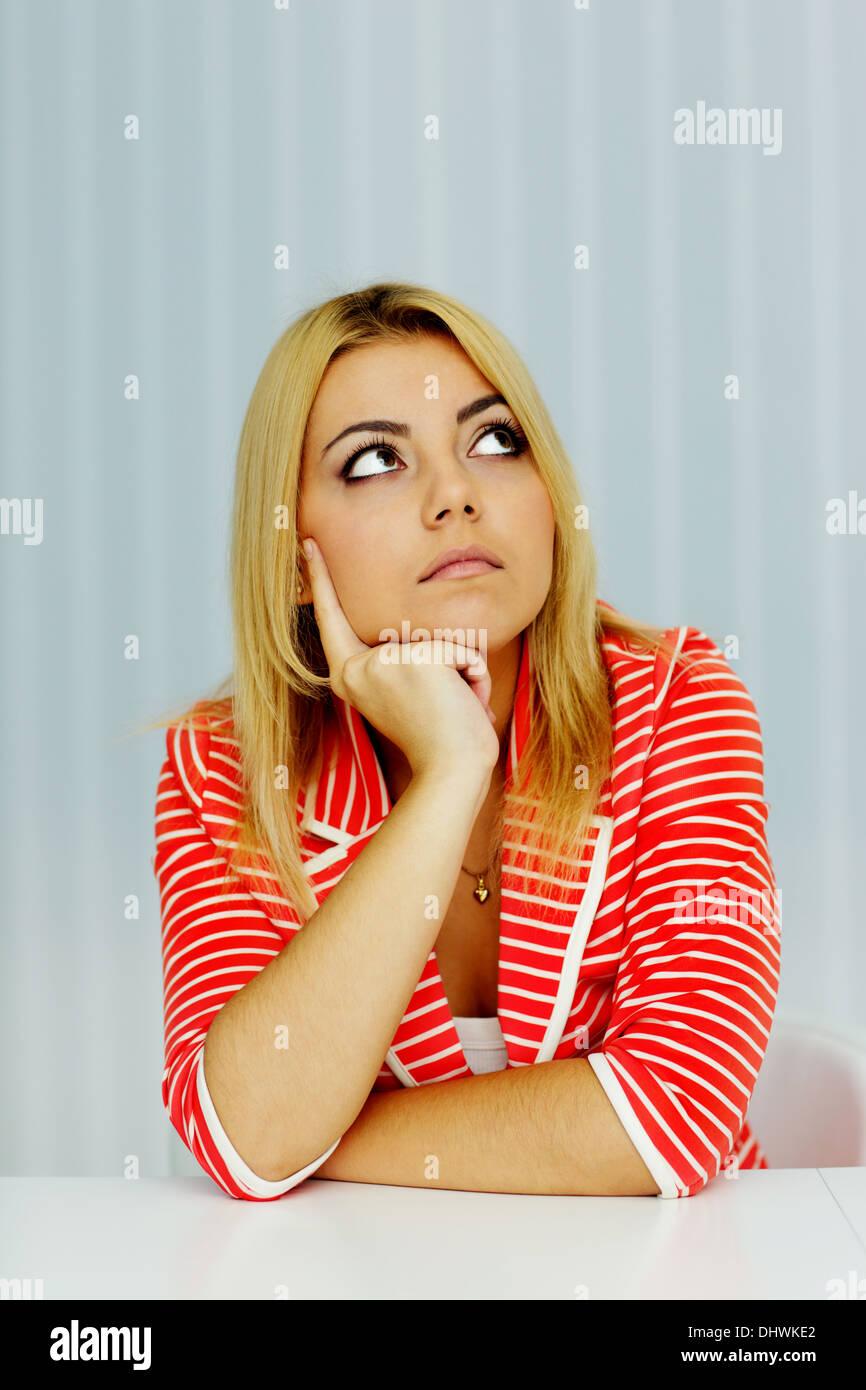 Pensieroso giovane donna guardando il copyspace Immagini Stock