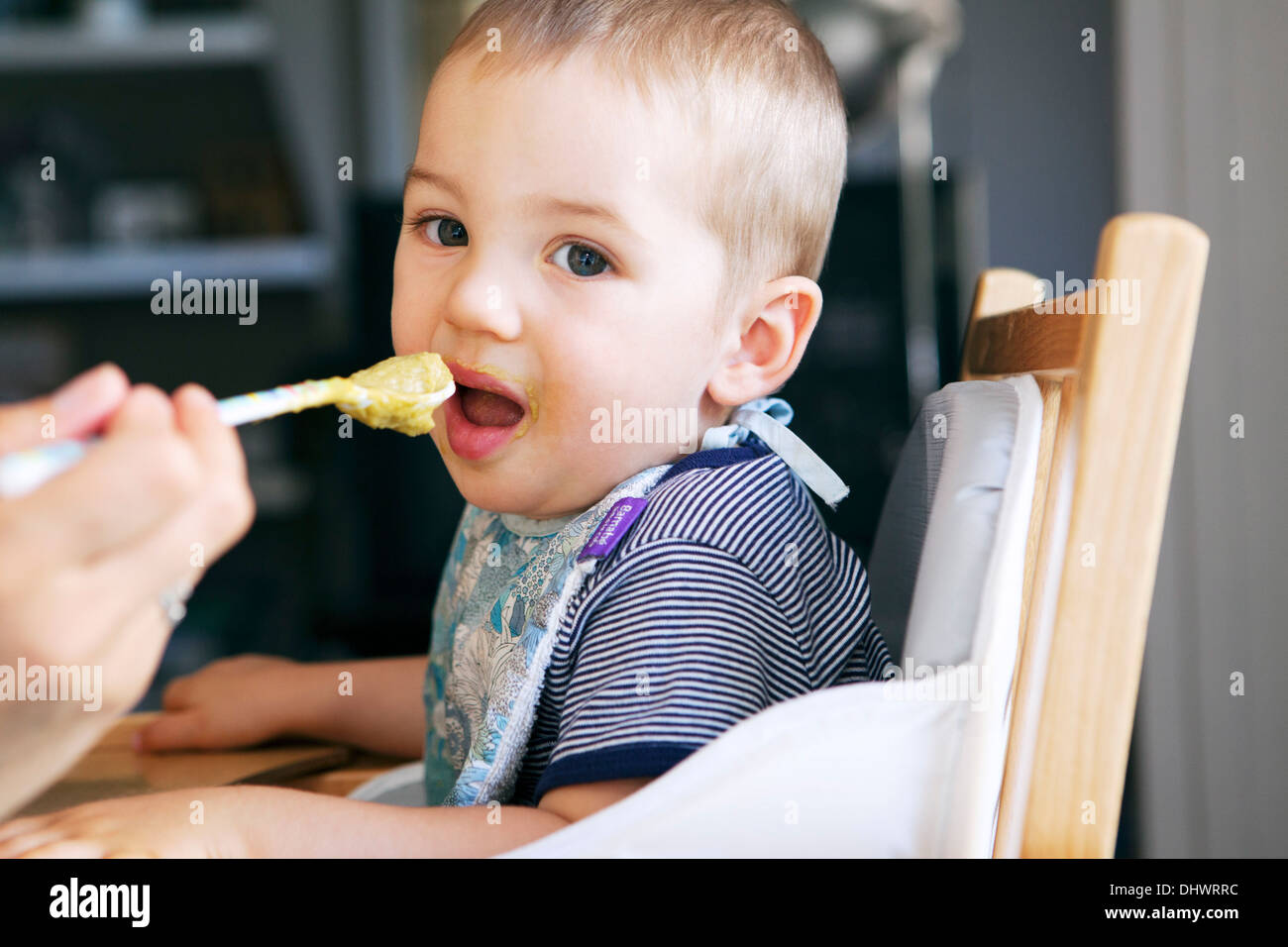 Bambino di mangiare un pasto Immagini Stock
