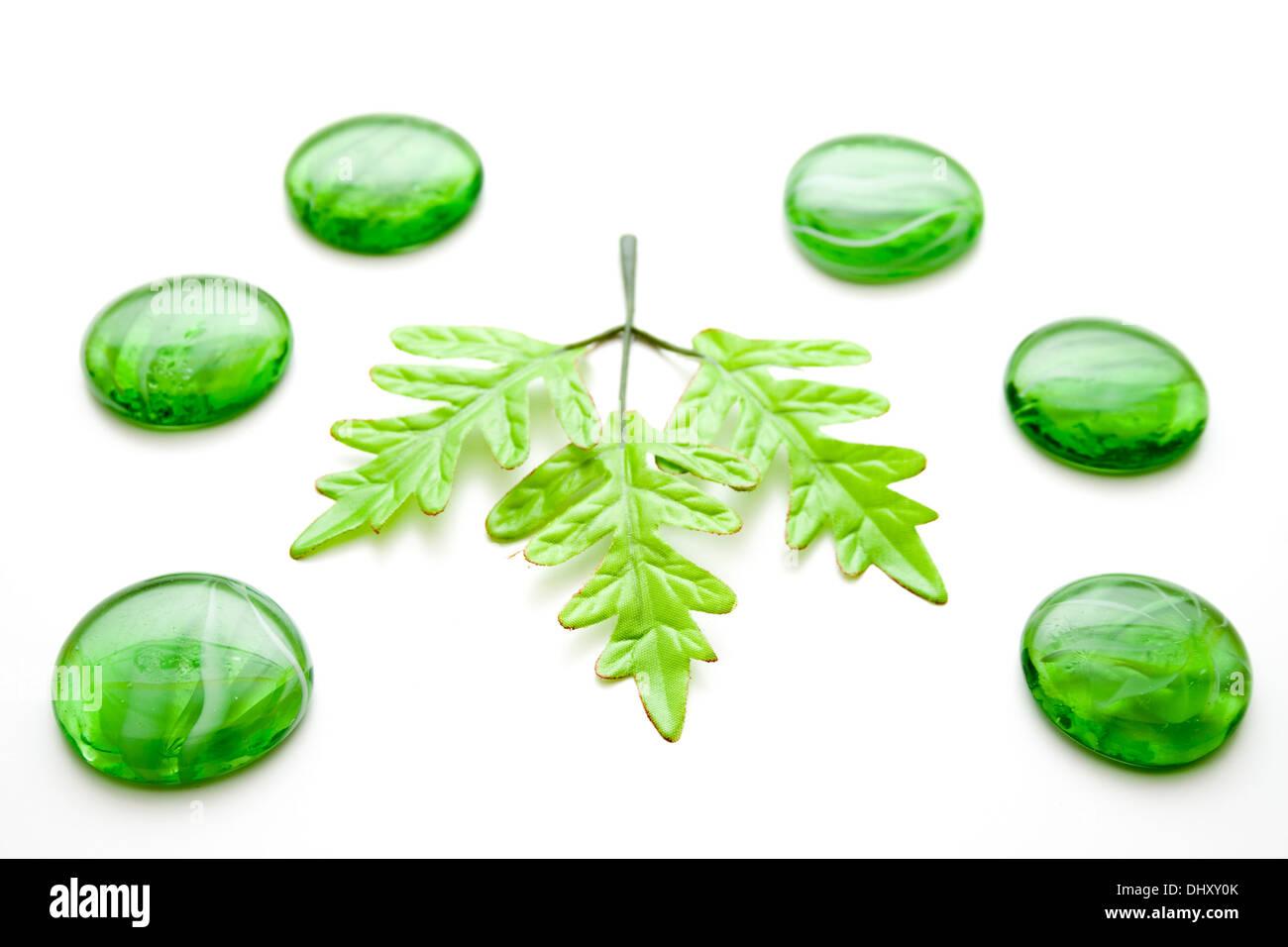 Verde pietre di vetro con foglio di vegetali Immagini Stock