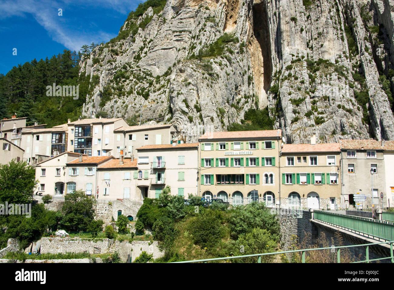 Case ai piedi delle Montagne de la Baume, Sisteron, Francia Immagini Stock
