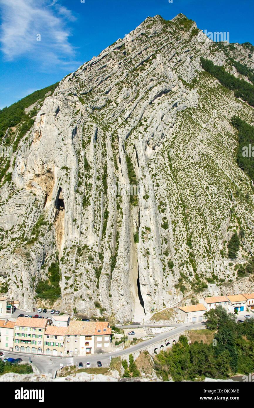 Ripiegata di strati di calcare di Montagne de la Baume, Sisteron, Francia Immagini Stock