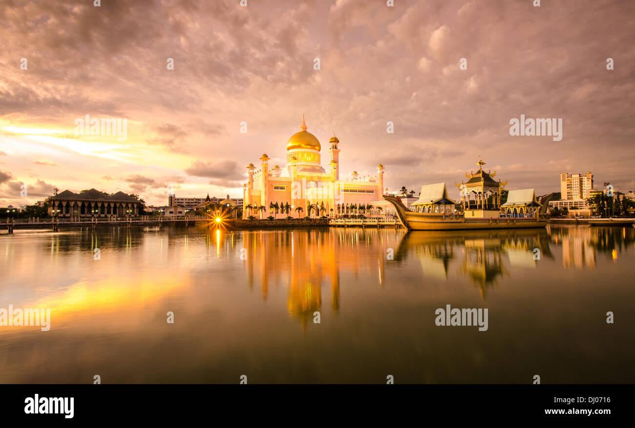 Il sultano la Moschea di Omar Ali Saifuddien riflessa nella splendida luce della sera Immagini Stock