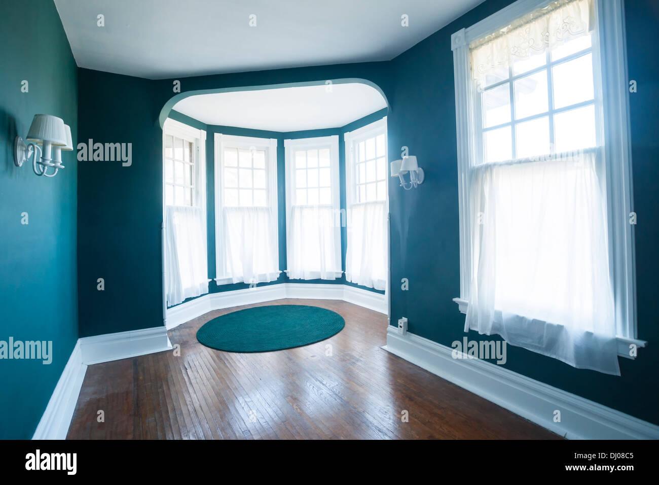 Stanza vuota con finestre appliques e pavimento in legno all