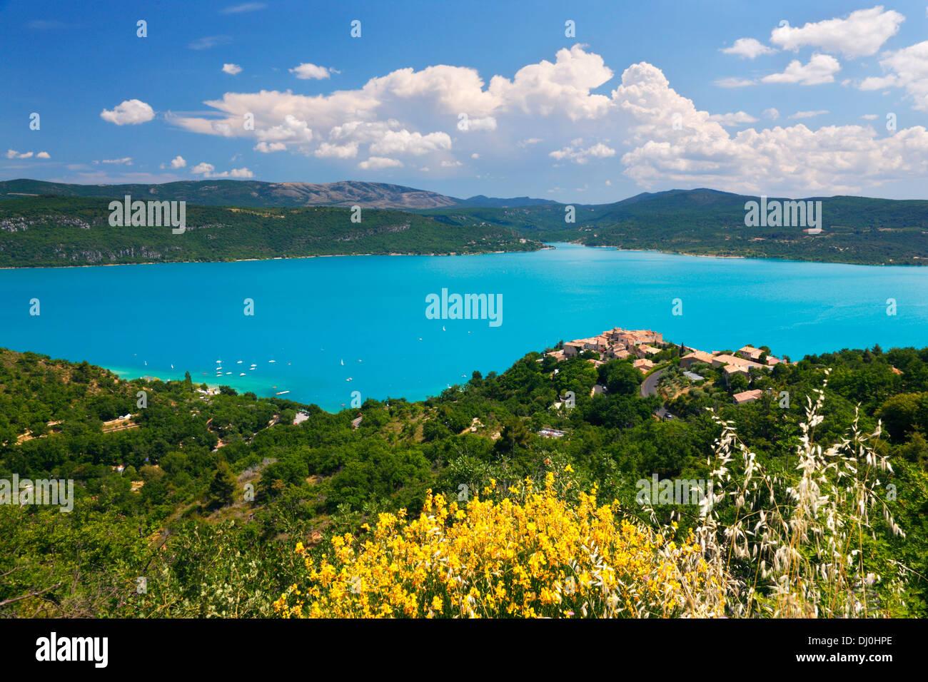 Sainte Croix du Verdon, Francia. Piccola città sulla collina con una bellissima vista. Immagini Stock