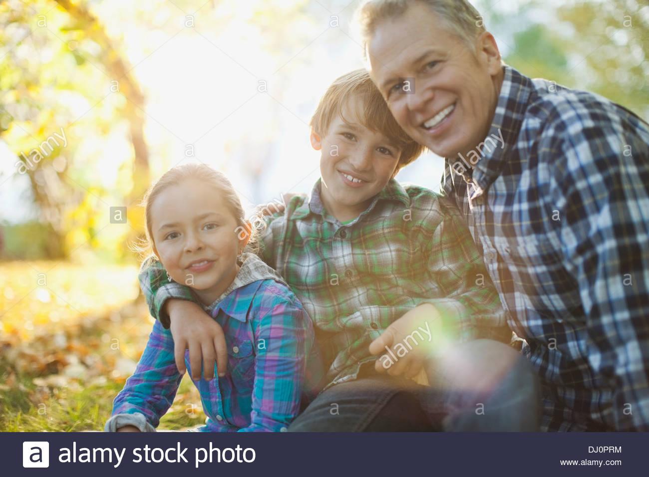 Ritratto di amorevole nonno e nipoti al park Immagini Stock